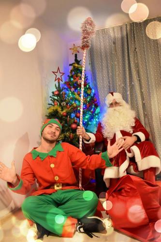 Moș Crăciun și Spiridușul vesel