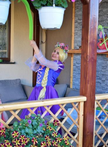Rapunzel suprinsa modeland baloane in cadrul petrecerii